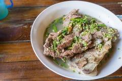 Pote caliente caliente y picante de la costilla de cerdo con las hierbas tailandesas en restaurante Foto de archivo libre de regalías