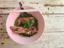 Pote caliente caliente y picante de la costilla de cerdo con tamarindo e hierbas tailandesas Imagenes de archivo