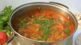 Pote con un borsch apetitoso y sabroso hecho en casa Sopa de verduras roja de las remolachas, hirviendo en un cazo