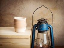 Pote de arcilla con leche y una linterna de keroseno Fotos de archivo libres de regalías
