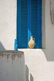 Pote de arcilla en travesaño de la ventana Fotografía de archivo