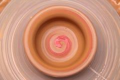 Pote de arcilla en una rueda de alfarero Fotografía de archivo libre de regalías