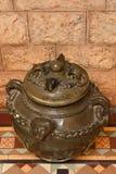 Pote de cerámica antiguo en el palacio de Bangalore fotos de archivo
