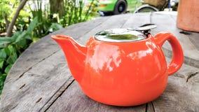 Pote de cerámica colorido de la agua caliente foto de archivo libre de regalías