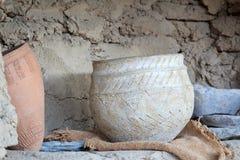 Pote de cerámica con los ornamentos del siglo de bronce Fotografía de archivo libre de regalías