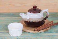 Pote de cerámica del té con las pequeñas tazas Imagen de archivo