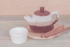 Pote de cerámica del té con las pequeñas tazas Imagenes de archivo