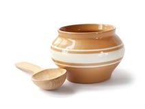 Pote de cerámica esmaltado para cocinar con de madera Foto de archivo libre de regalías