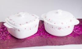 Pote, pote de cerámica de la comida en fondo Fotos de archivo