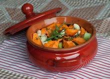 Pote de cerámica por completo con las verduras para el guisado Fotos de archivo
