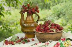 Pote de cerámica viejo por completo de fresas y de arcilla rojas frescas en lona Dieta de las frutas de la comida de Healhty Fotografía de archivo libre de regalías