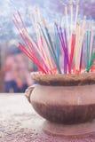Pote de cobre amarillo del palillo de ídolo chino Foto de archivo libre de regalías