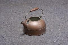 Pote de cobre amarillo del té Fotografía de archivo
