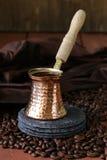 Pote de cobre del café con las habas Foto de archivo libre de regalías