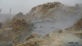 Pote de cocido al vapor al vapor y que burbujea del fango, Islandia almacen de metraje de vídeo