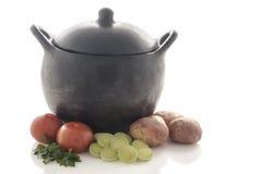 Pote de cocinar de cerámica negro con las verduras fotos de archivo libres de regalías