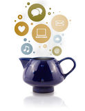 Pote de Coffe con los iconos sociales y medios en burbujas coloridas Imagen de archivo