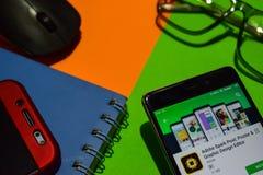 Pote de la chispa de Adobe: Revelador app del cartel y del redactor del diseño gráfico en la pantalla de Smartphone foto de archivo libre de regalías