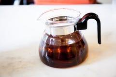 Pote de la miel en la tabla de cerámica Foto de archivo