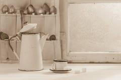Pote de la taza y del café del vintage con las cucharas por la ventana congelada Fotografía de archivo