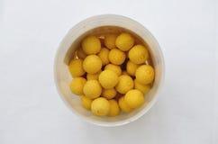Pote de las bolas amarillas de Boilie del cebo de pesca de la carpa Imagenes de archivo