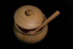 Pote de madera aislado de la miel Imagenes de archivo