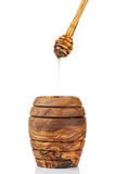 Pote de madera de la miel con el cazo Imágenes de archivo libres de regalías