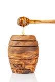 Pote de madera de la miel con el cazo, aislado en blanco Imagen de archivo