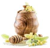 Pote de madera por completo de miel del tilo y de flores frescas del tilo Imágenes de archivo libres de regalías