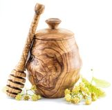 Pote de madera por completo de miel del tilo y de flores frescas del tilo Imagenes de archivo