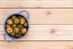 Pote de patatas del bebé sazonadas con las hierbas Imagen de archivo