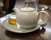 Pote de té caliente en el desayuno imagenes de archivo