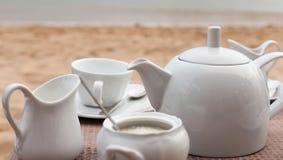 Pote de té en la playa Imagenes de archivo