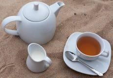 Pote de té en la playa Fotos de archivo