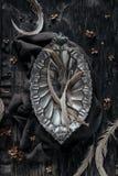 Pote decorativo del metal en la tabla de madera Imagenes de archivo