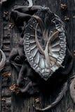 Pote decorativo del metal en la tabla de madera Fotografía de archivo