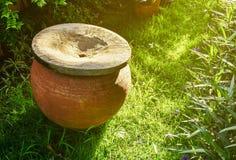Pote del agua de la arcilla en el jardín Fotografía de archivo libre de regalías