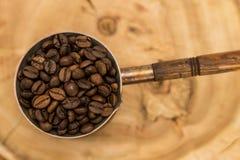 Pote del café con los granos de café Fotografía de archivo