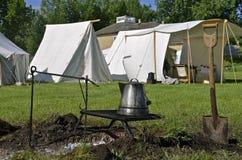 Pote del café en parrilla del sitio para acampar Imagen de archivo libre de regalías
