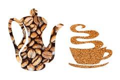 Pote del café y una taza hecha de los granos de café en un fondo blanco Imagen de archivo