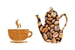 Pote del café y una taza hecha de los granos de café en un fondo blanco Foto de archivo