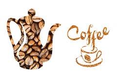 Pote del café y una taza hecha de los granos de café en un fondo blanco Fotografía de archivo