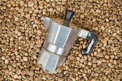 Pote del fabricante de café con los granos de café Imagen de archivo libre de regalías