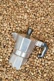 Pote del fabricante de café con los granos de café Imágenes de archivo libres de regalías
