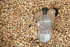 Pote del fabricante de café con los granos de café Foto de archivo libre de regalías