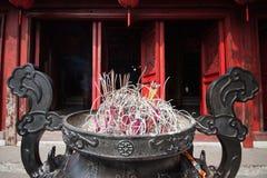 Pote del incienso delante del templo imagen de archivo