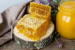 Pote del panal y de cristal con la miel Imagen de archivo