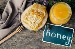 Pote del panal y de cristal con la miel Foto de archivo