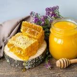 Pote del panal y de cristal con la miel Imagenes de archivo