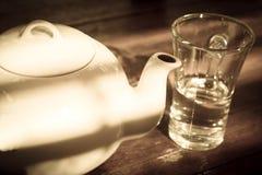 Pote del té con el vidrio, aún vida. Fotografía de archivo